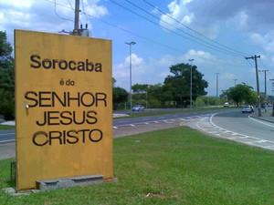 Totem instalado na entrada de Sorocaba com mensagem religiosa (Foto: Eduardo Ribeiro Jr./G1)