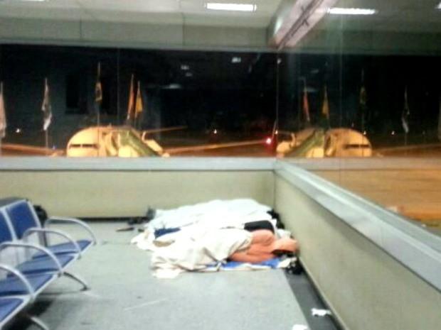 Haitianos dormem em aeroporto de Rio Branco (Foto: Dayane Leite/Arquivo pessoal)