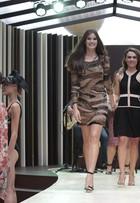 Camila Queiroz dá reboladinha na passarela montada em rua de SP