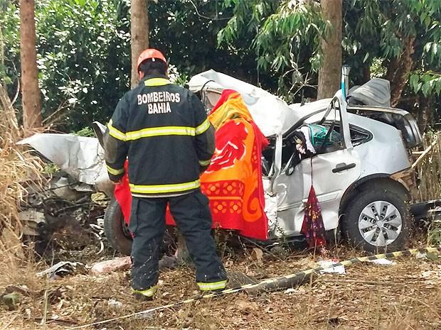 Carro bate em árvore e mata casal de idosos na BR-101, região sul da Bahia (Foto: Reny Pereira/TV Santa Cruz)
