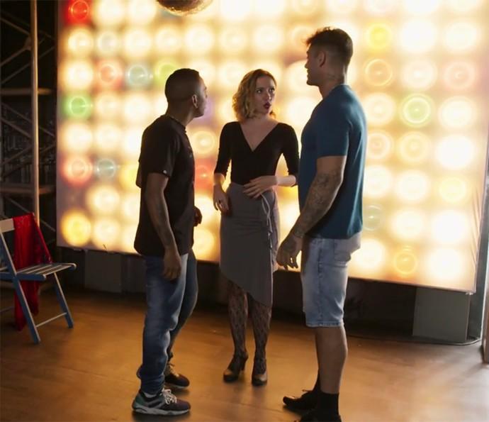 Piedad coloca os dois alunos para dançar juntos (Foto: TV Globo)