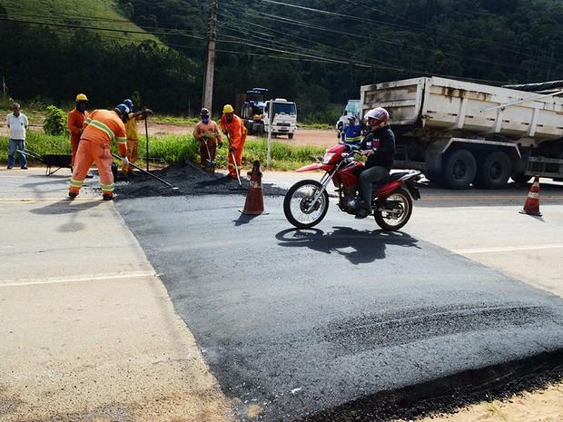 Quebra-molas foi instalaod no Km 29 da RJ-130 (Foto: Jorge Maravilha / Ascom Teresópolis)