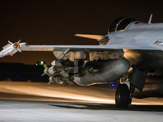 A aviação francesa fez diversos bombardeios sobre Raqqa desde os atentados de Paris (Foto: Sebastien Dupont/ECPAD via AP)
