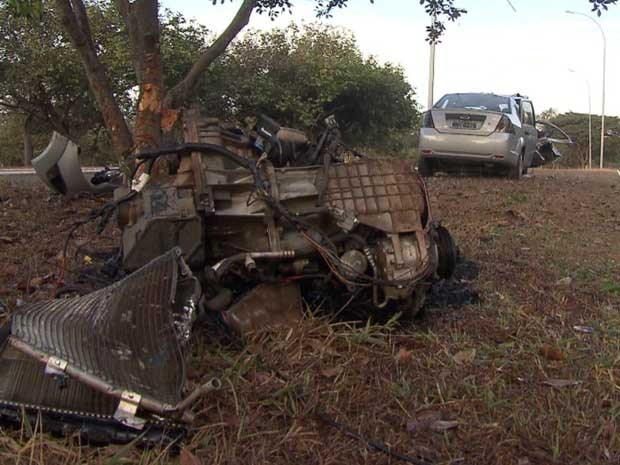 Motorista perdeu o controle da direção e atingiu árvore no Eixão Sul, em Brasília (Foto: TV Globo/Reprodução)