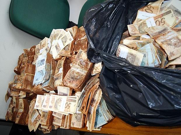 Estimativa da polícia aponta que saco plástico contém mais de R$ 1 milhão (Foto: Celso Ferreira Nery)