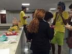 Estudantes que ocupam Assembleia em SP recebem caixas com comida