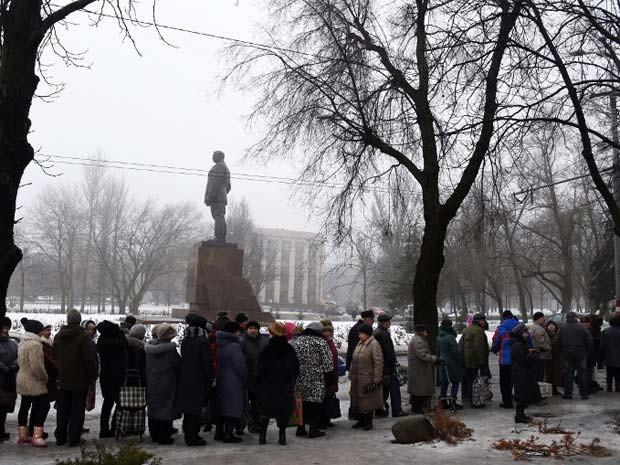 Pessoas fazem fila para receber ajuda humanitária nesta sexta-feira (30) na cidade de Donetsk, no leste da Ucrânia (Foto: AFP PHOTO / DOMINIQUE FAGET)