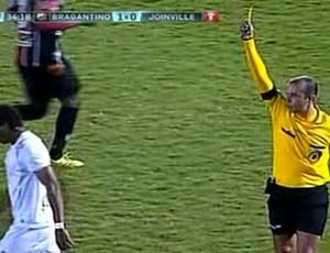 Magno Cruz recebe amarelo pelo Bragantino (Foto: Reprodução/ Premiere FC)