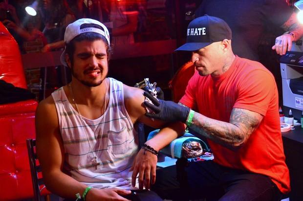 Caio Castro faz tatuagem com Ami James (Foto: Roberto Teixeira / EGO)