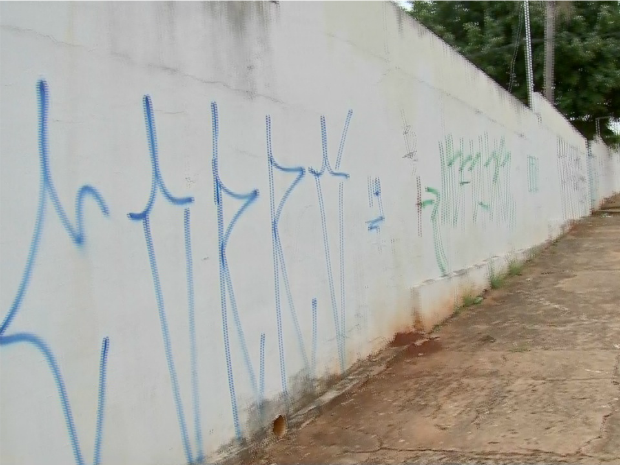 Muro de escola que ocupa um quarteirão já foi pintado cinco vezes (Foto: Reprodução TV Morena)