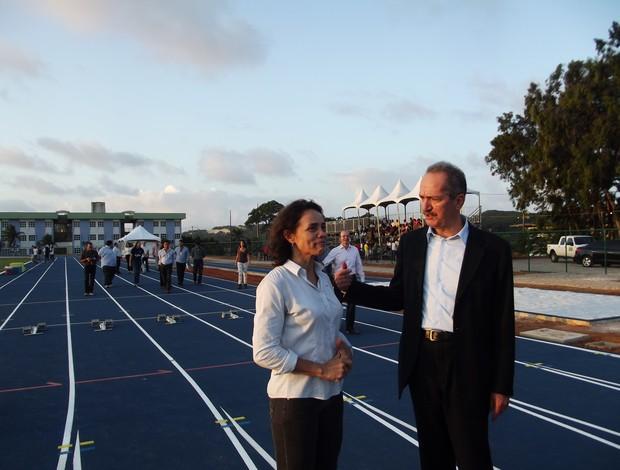 Ministro Aldo Rebelo visitou pista de atletismo da UFRN nesta quinta-feira (Foto: Tiago Menezes)