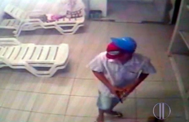 Um dos assaltantes usava máscara do Homem-Aranha (Foto: Reprodução/Inter TV Cabugi)