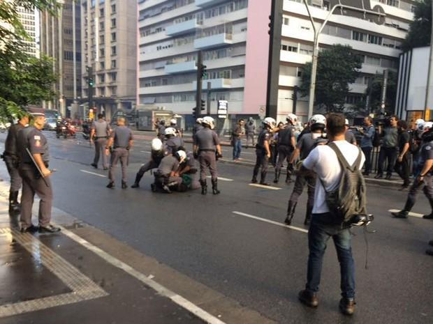 Policiais prendem manifestante durante ato do MTST na Avenida Paulista, em SP (Foto: Lívia Machado/G1)