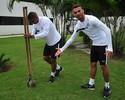 Boa ação! David Braz e Thiago Maia plantam mudas de pau-brasil no CT