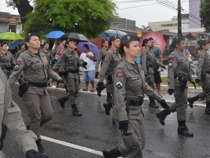 Mulheres da Polícia Militar desfilaram na avenida (Foto: Felipe Ramos/G1)