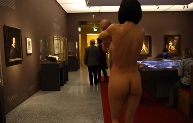Milo Moire, de 32 anos, chocou visitantes ao aparecer nua em museu (Foto: Reprodução/YouTube/Milo Moire)