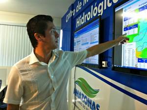 Superintendente do CPRM mostra detalhe em tela do Centro de Monitoramento Hidrológico do Amazonas (Foto: Camila Henriques/G1 AM)