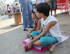 Crianças assistem à corrida (Foto: Larissa Vieira/GLOBOESPORTE.COM)