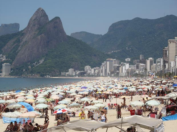 Praias ficaram lotadas com o calor desta quarta (Foto: Janaína Carvalho/G1)