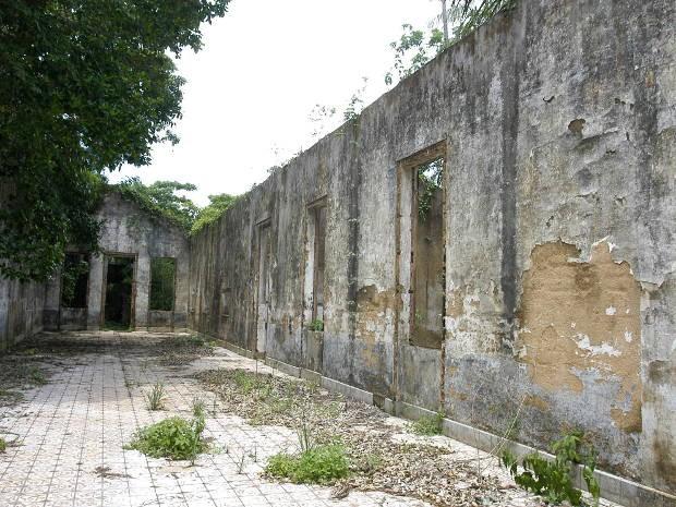 Na entrada da ilha, as ruínas do prédio que foi a sede prisional na época em que Cotijuba foi a ilha presídio do Pará (Foto: Dirceu Maués / O Liberal)