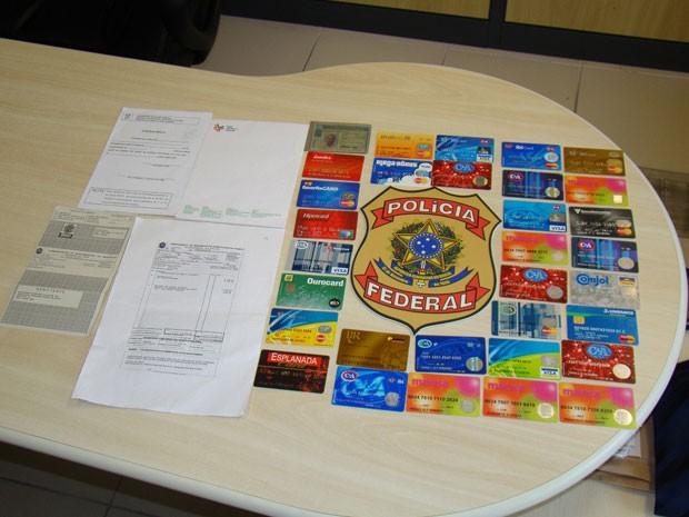 Cartões de crédito e documentos foram encontrados na casa de corretor de imóveis em Natal (Foto: Divulgação/Polícia Federal)