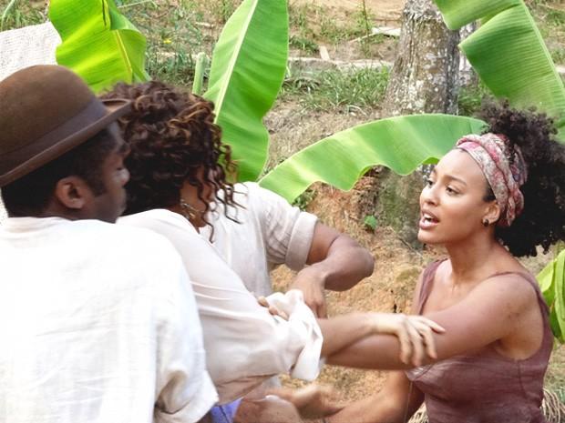 Isabel avança em Berenice, mas Zé e Chico separam as duas (Foto: Lado a Lado/TV Globo)