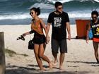 Bruno Gissoni e Yanna Lavigne vão juntos a praia após rumores de término