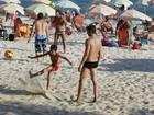 Márcio Garcia joga futevôlei com o filho em praia no Rio