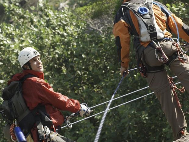 Caíque finge que perdeu o voo e sai para escalar com os amigos (Foto: TV Globo)