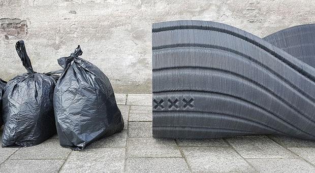 Designers criam bancos com saco de lixo reciclado (Foto: Divulgação)