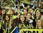 Diante de apenas mulheres e crianças, Fenerbahçe vence com gol de Alex