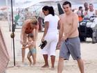 Letícia Birkheuer curte praia com o filho no Rio