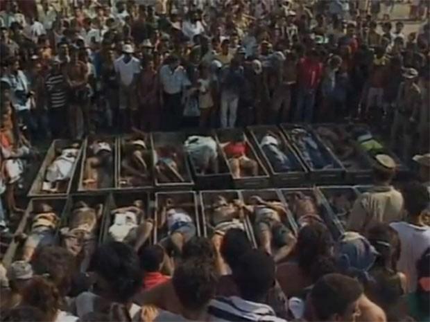 Imagens dos 21 corpos enfileirados em Vigário Geral, no Rio, chocou o mundo (Foto: TV Globo/Reprodução)