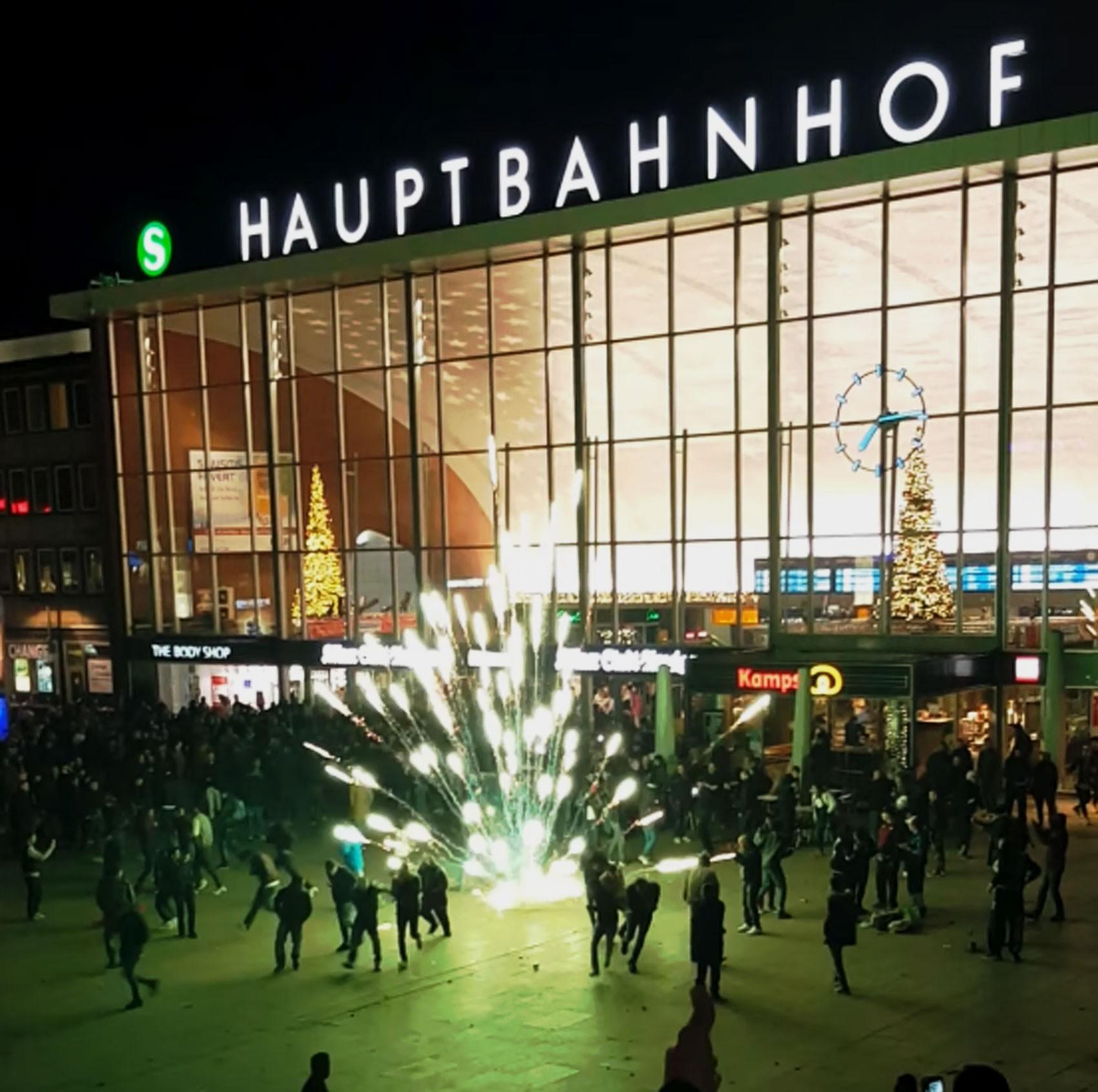 Imagem de vídeo publicado na internet mostra o momento em que um fogo de artifício explode no meio da multidão diante da estação central de Colônia na noite de réveillon (Foto: Reprodução/Youtube/Baris Olsun)