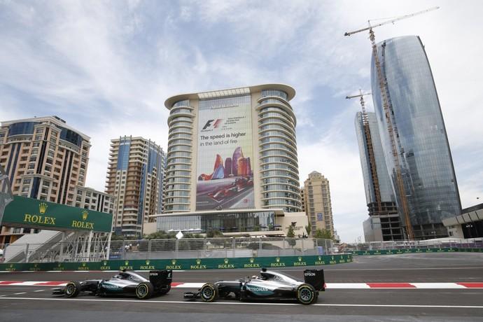 Nico Rosberg e Lewis Hamilton em treino livre para o GP da Europa, em Baku (Foto: Divulgação)
