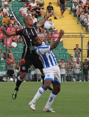 Douglas e Adriano Chuva disputam bola alta, em Figueirense x Avaí (Foto: Jamira Furlani / Avaí FC)