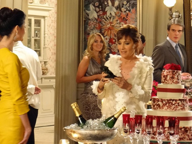 Amanda entrega presente para Aída e Carlos fica tenso (Foto: Salve Jorge/ TV Globo)