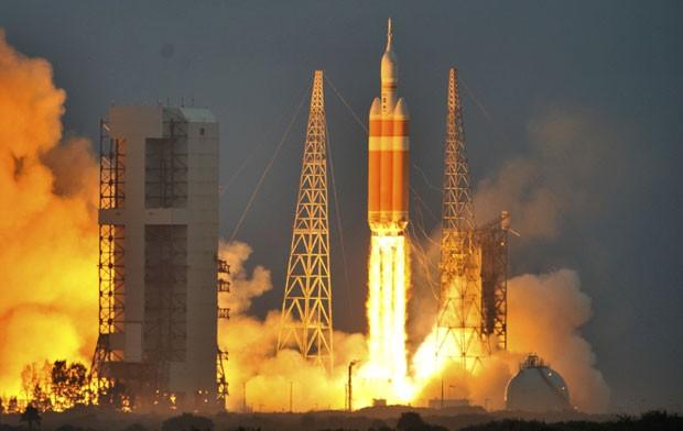 A nave não tripulada Orion é lançada nesta sexta-feira (5) em base da Nasa em Cabo Canaveral (Foto: Steve Nesius/Reuters)