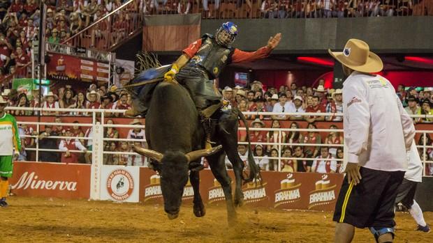 Peão Francis Gustavo leva Rodeio Internacional (Mateus Rigola/G1)