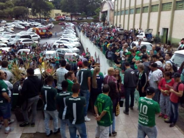 Familiares e amigos se deslocam para Arena Condá, em Chapecó  (Foto: Vinicius Farfus/RBS)