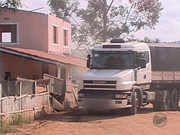 Casa na Fernão Dias funciona como ponto clandestino de abastecimento de combustíveis (Foto: Reprodução EPTV)