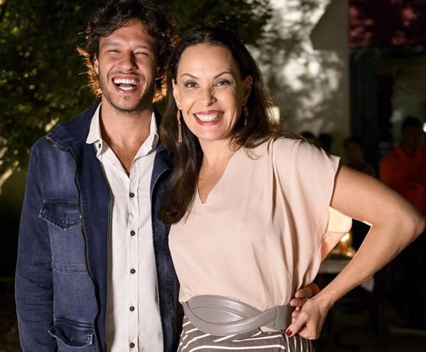 """Nando Rodrigues diz que não rola timidez nas cenas com Carolina Ferraz: """"Acho que essa é a menor das preocupações"""" (Foto: Divulgação/TVGlobo)"""