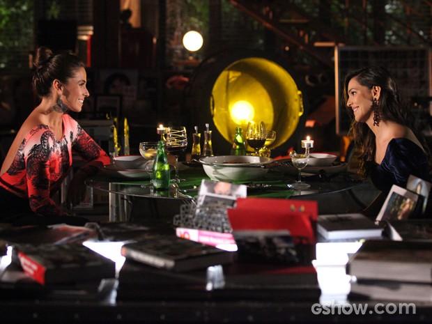Clara e Marina se divertem em jantar feito pela fotógrafa (Foto: Carol Caminha / TV Globo)