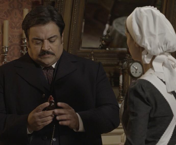 Dr. Botelho avalia o frasco do medicamento dado à Condessa (Foto: TV Globo)