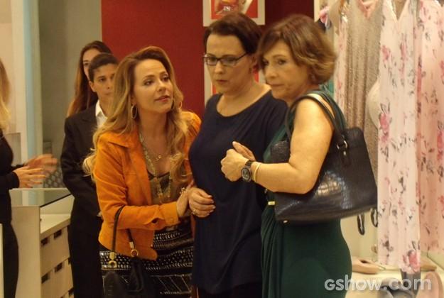 Shirley e Chica aparecem e ajudam Selma (Foto: Em Família / TV Globo)