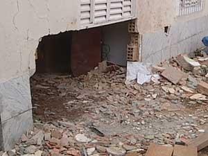 Estrago na casa após o acidente (Foto: Reprodução / TV Integração)