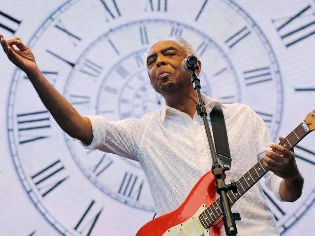 O cantor e compositor Gilberto Gil faz show durante as comemorações do aniversário de São Paulo no Clube de Regatas Tietê (Foto: Nelson Antoine/Frame/Estadão Conteúdo)
