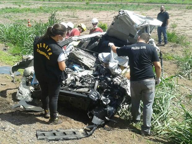 Carro da família ficou destruído após colidir com carreta (Foto: Sidney Assis/Arquivo pessoal)