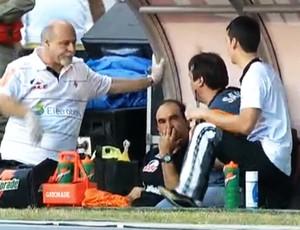Ricardo Gomes passa mal no clássico entre Vasco e Flamengo (Foto: Reprodução TV)