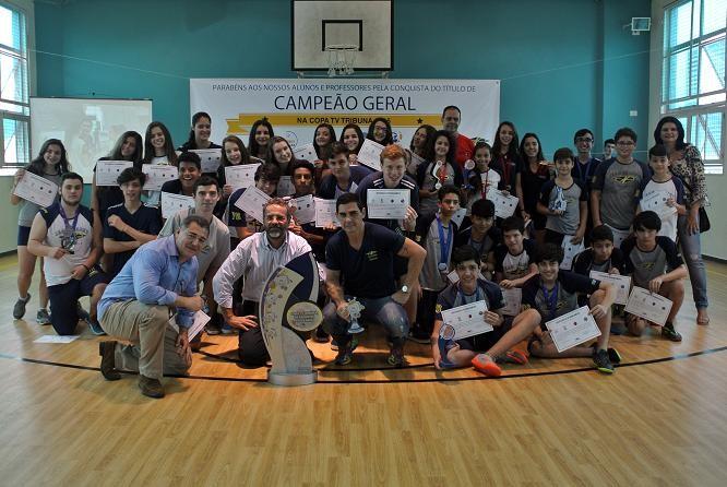 Entrega do troféu de campeão ao colégio Jean Piaget (Foto: Rafhaella Pires Jeronymo)